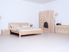 Bettgestell aus Massivholz Zirbe mit Bettschränkchen und Kleiderschränken (Schlafzimmereinrichtung)